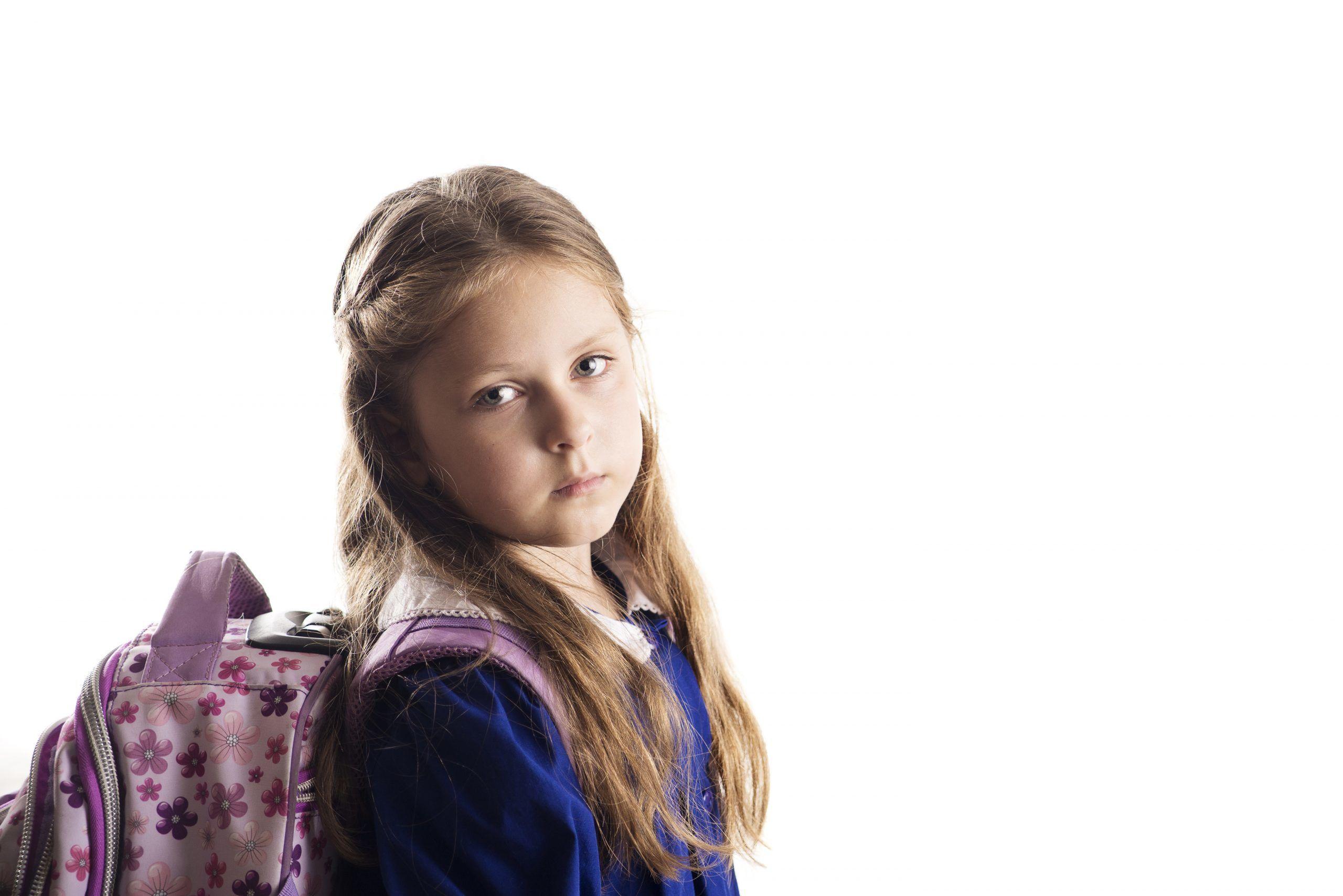 Schülerin mit Mutismus schaut traurig